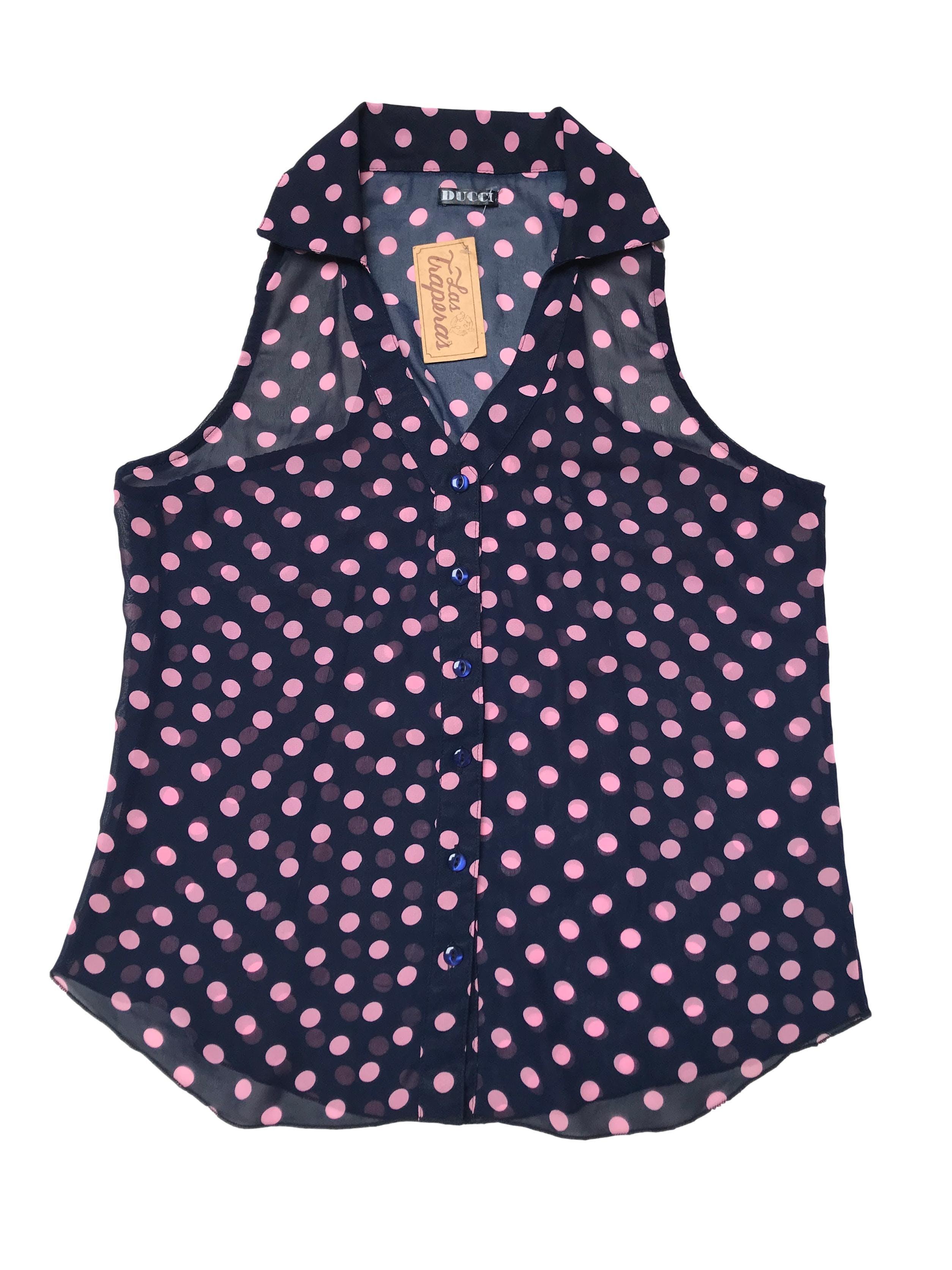 Blusa de gasa azul con lunares rosadas, escote en V y fila de botones