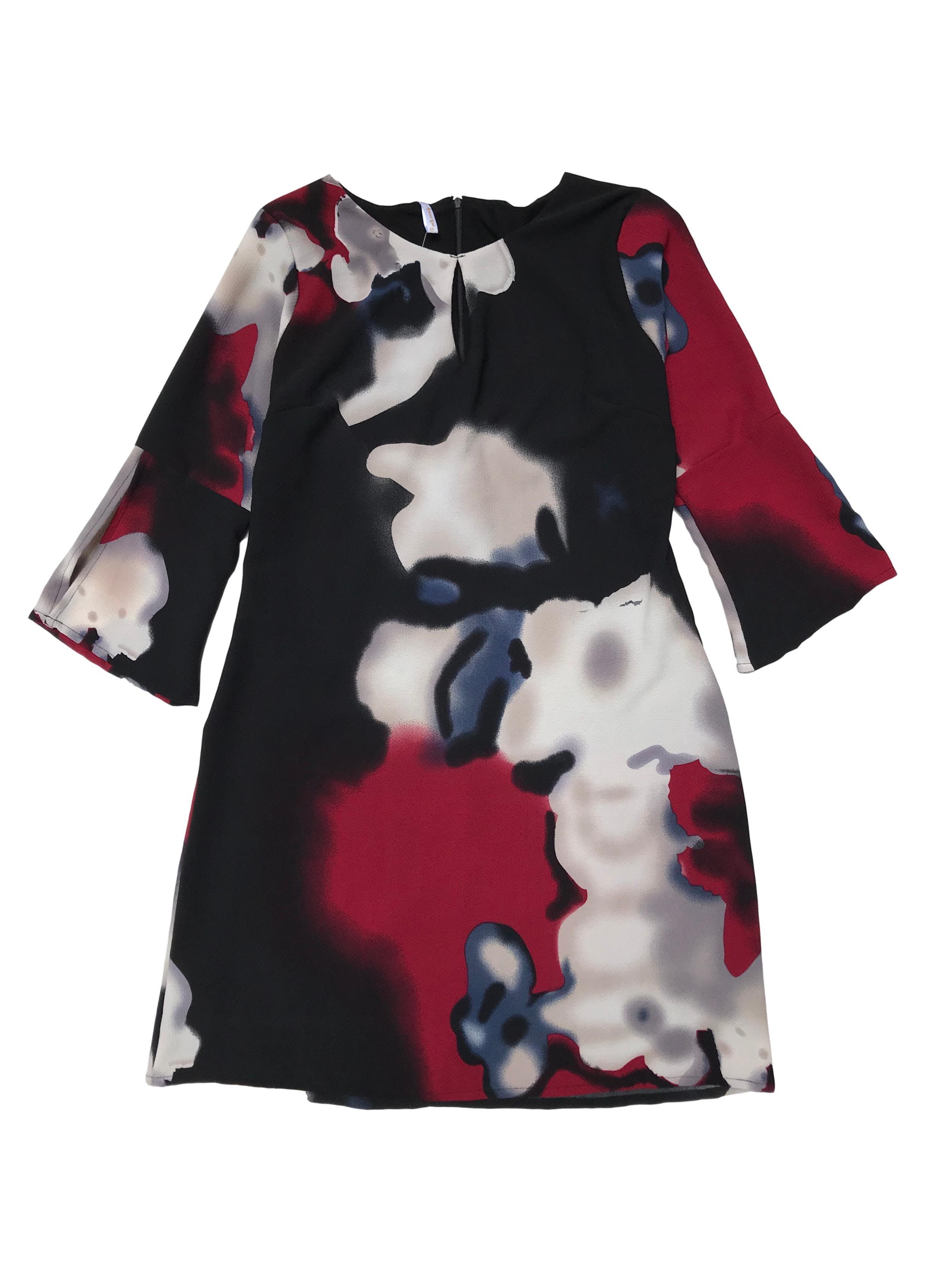 Vestido de crepé negro con formas abstractas, forrado, escote gota, cierre en la espalda y manga 3/4. Largo 90cm