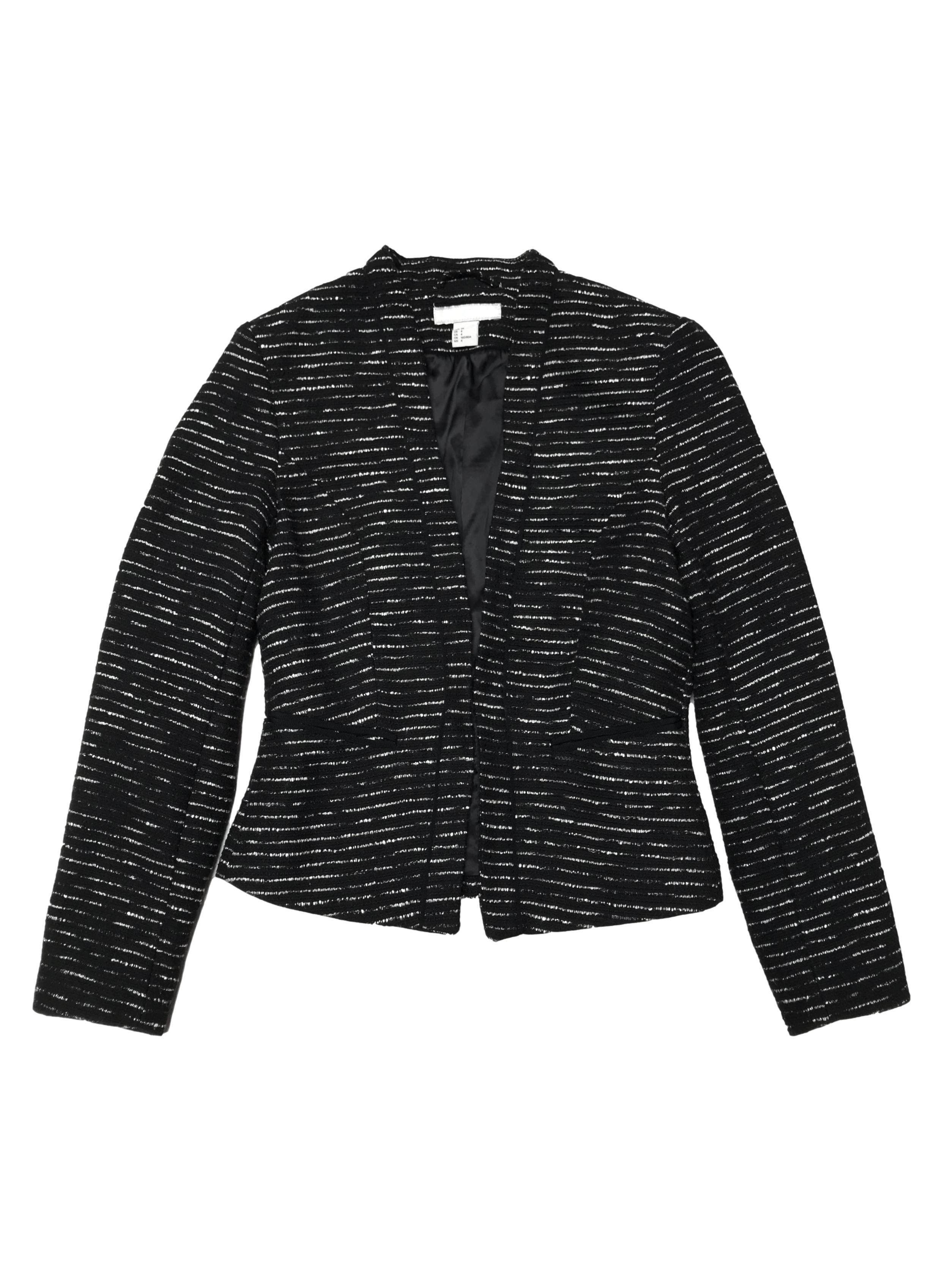 Blazer H&M tipo tweed negro y crema, forrado, con pinzas y es modelo abierto. Busto 86cm