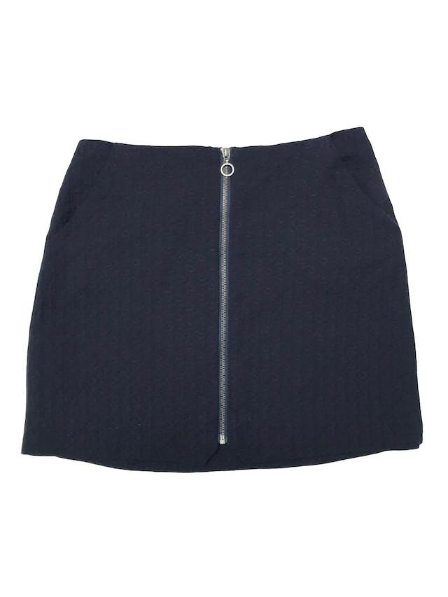 Falda Marquis azul de tela plana con textura, lleva forro, bolsillos laterales y cierre al centro. Cintura 78cm Largo 42cm foto 1
