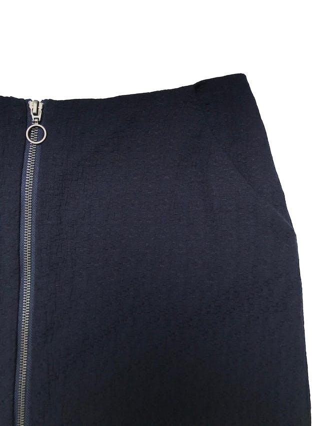Falda Marquis azul de tela plana con textura, lleva forro, bolsillos laterales y cierre al centro. Cintura 78cm Largo 42cm foto 2