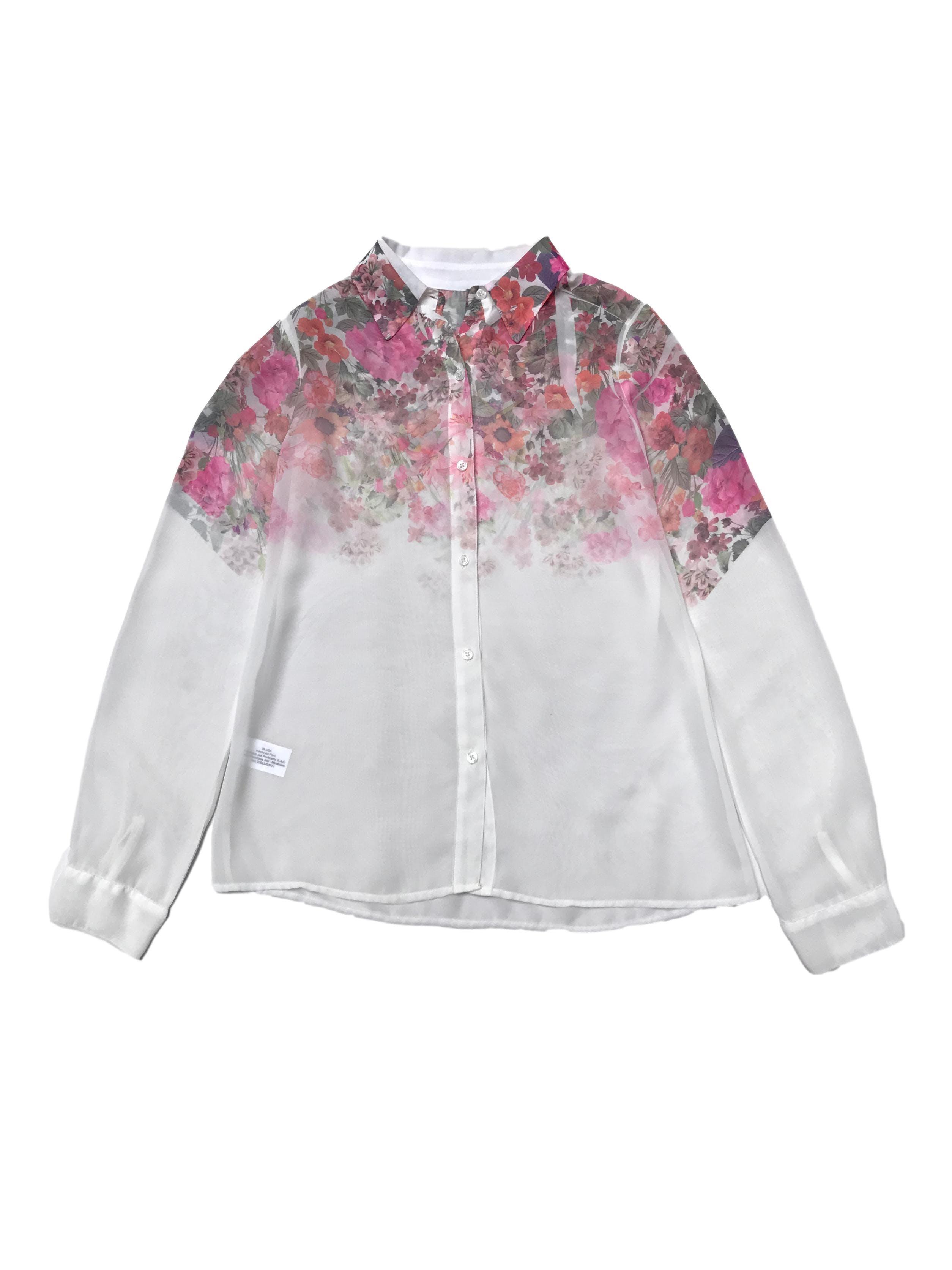 Blusa Bugui de gasa blanca con flores en degradé, estilo camisera, trasluce.