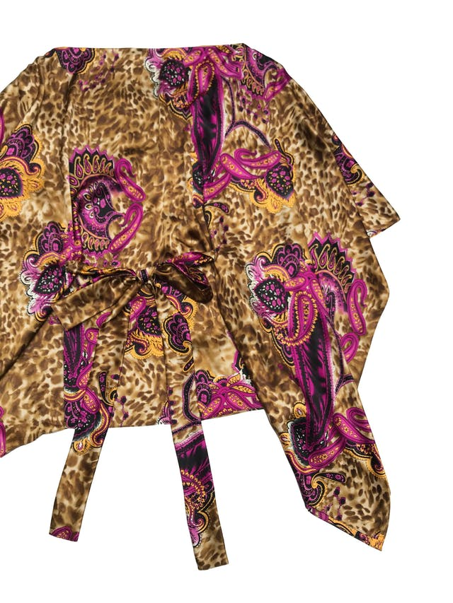 Vestido mini o blusón Denise Dibos, corte murciélago con cinto para amarrar, cuello ojal, tela rica al tacto tipo seda. Largo 78cm foto 2