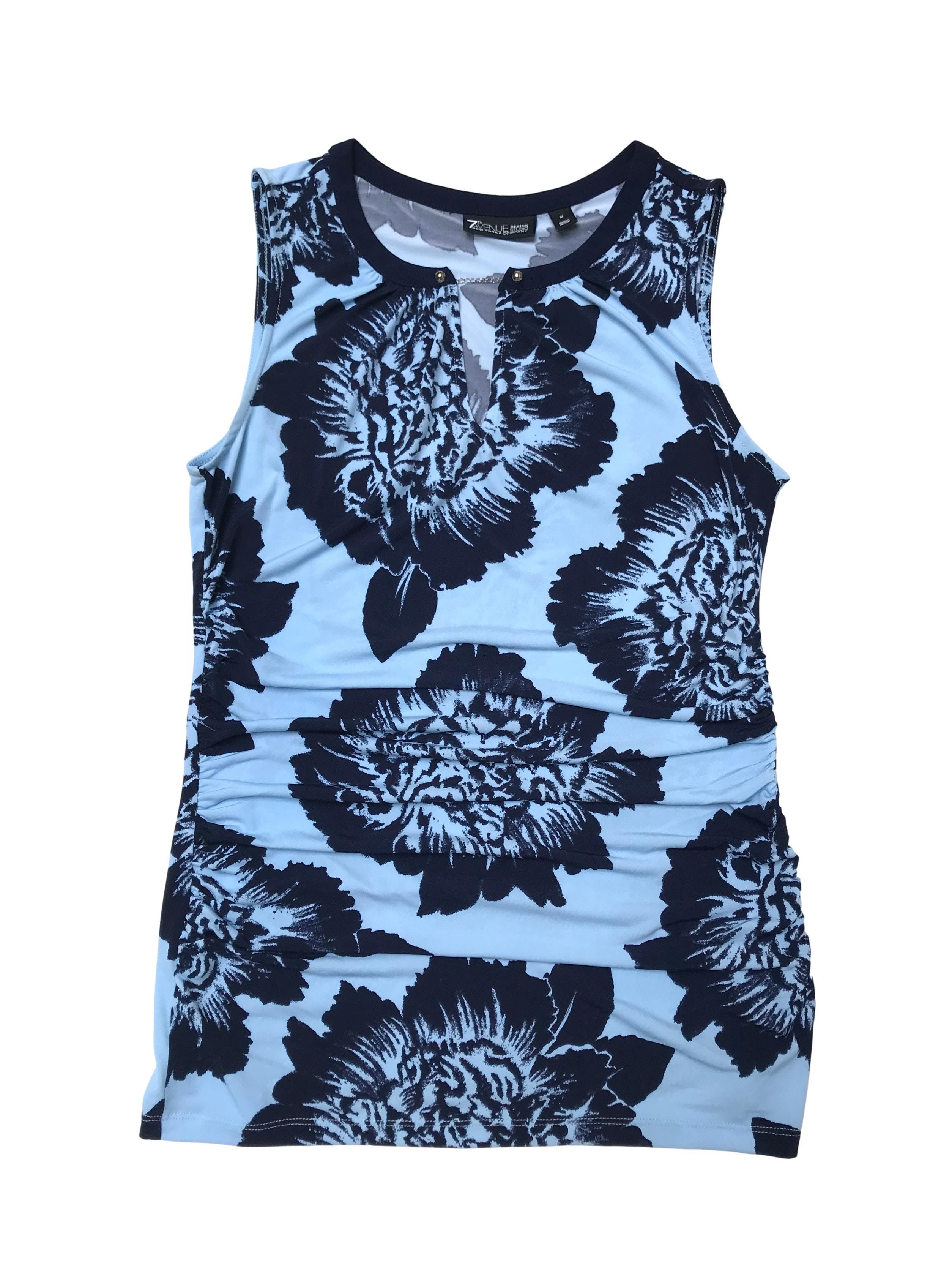 Polo 7th Avenue Studio, tela stretch celeste con print de flores azules, cadenita plateada en el cuello y drapeados laterales