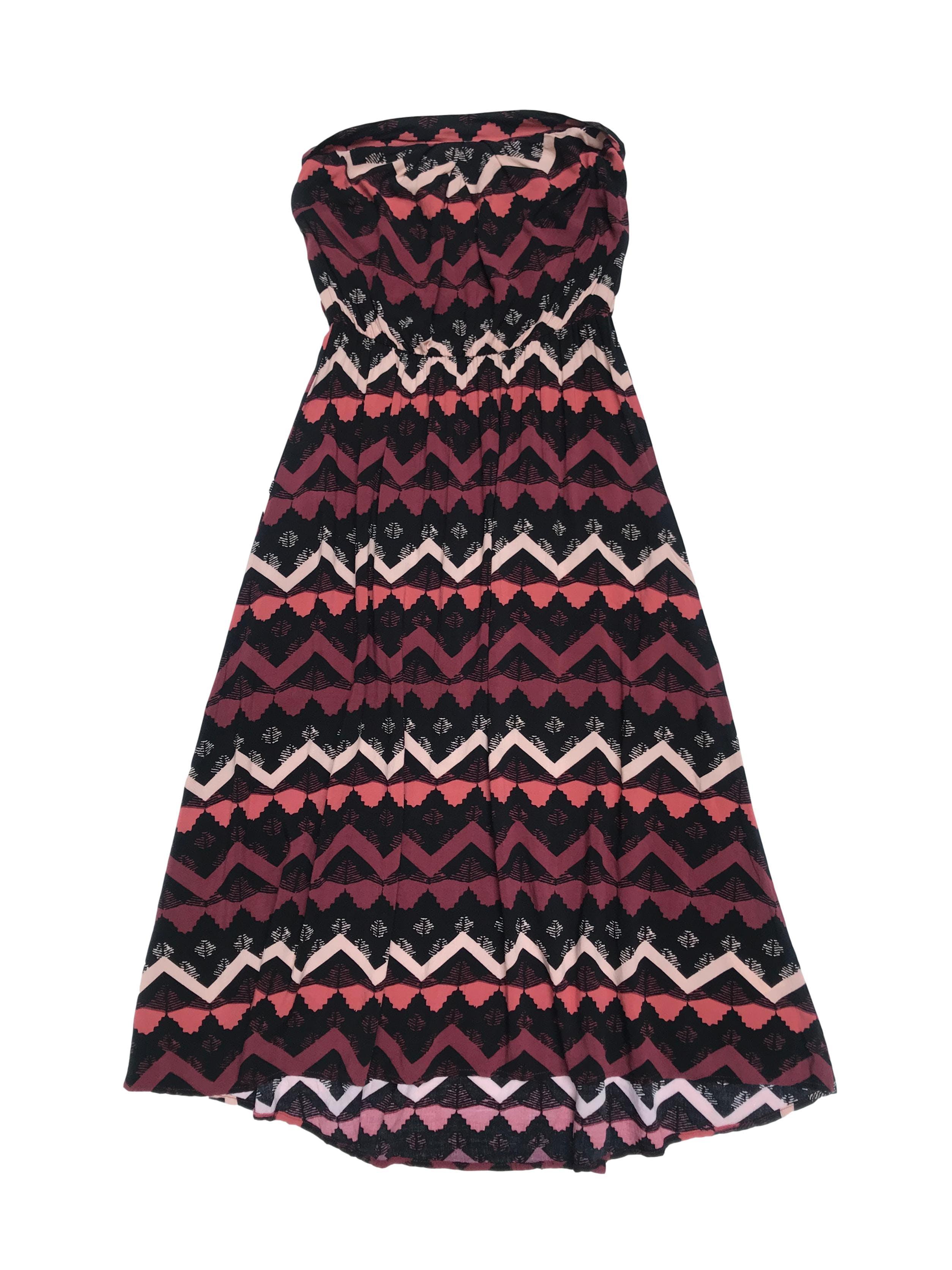 Vestido Warehouse strapless con elástico en la cintura, tela viscosa fresca con estampado en tonos guinda y negro. Largo 95cm
