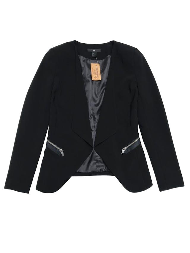 Blazer H&M negro forrado, modelo abierto con solapas. Largo adelante 65cm - atrás 55cm foto 1