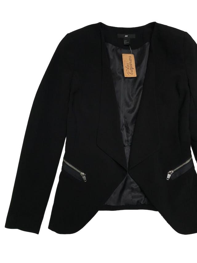 Blazer H&M negro forrado, modelo abierto con solapas. Largo adelante 65cm - atrás 55cm foto 2