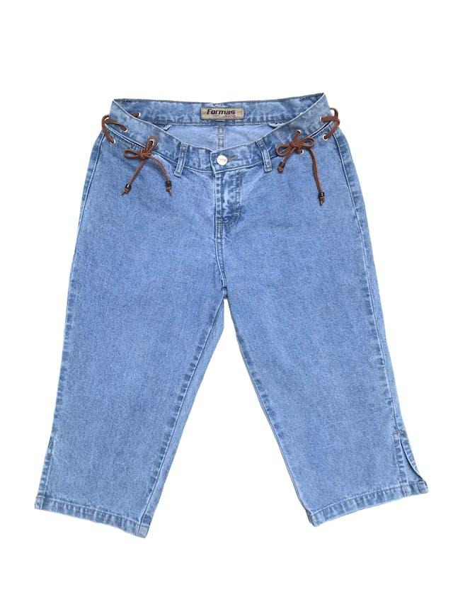 Capri vintage de jean con aberturas y tiras de gamuza en la pretina. Cintura 70cm Largo 62cm foto 1