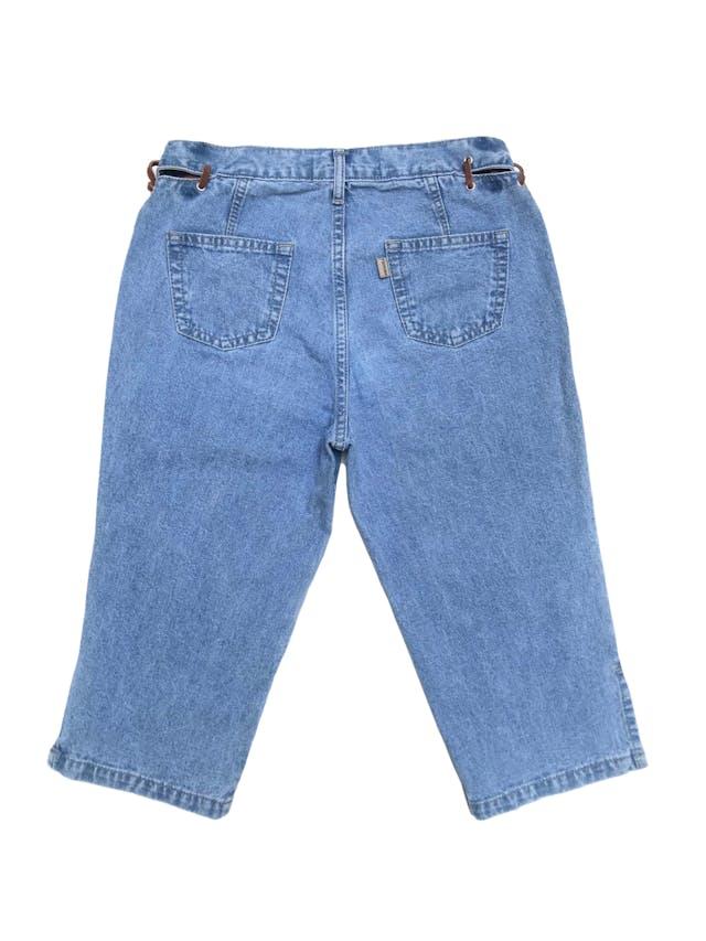 Capri vintage de jean con aberturas y tiras de gamuza en la pretina. Cintura 70cm Largo 62cm foto 2