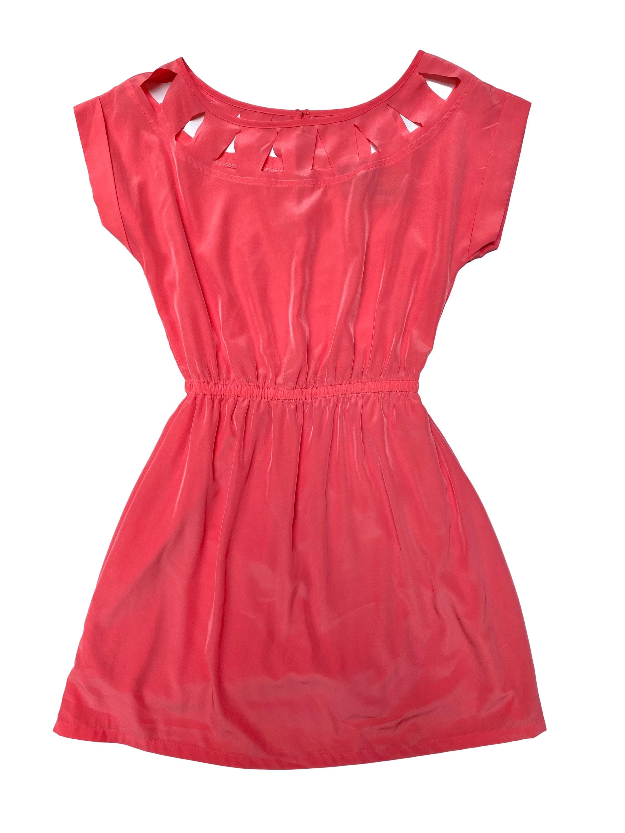 Vestido 15.50 coral satinado con forro de algodón, cuello amplio con triángulos calados, elástico en la cintura. Largo 85cm