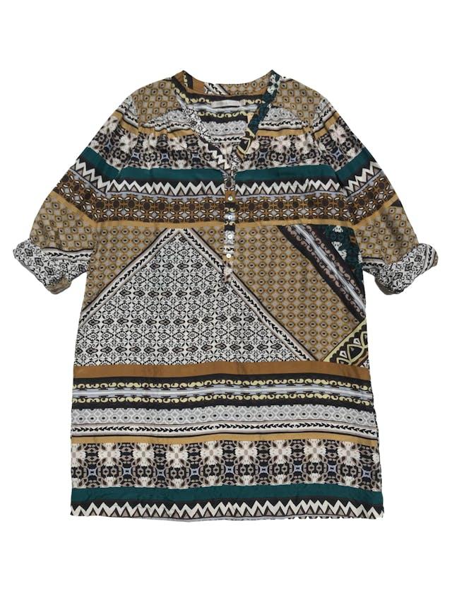 Vestido Michelle Belau tela plana tipo seda, con estampado barroco, corte recto, cuello en V con botones y bolsillo lateral. Largo 85cm. Precio original S/ 230 foto 1