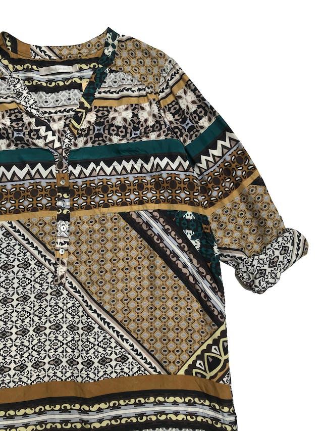 Vestido Michelle Belau tela plana tipo seda, con estampado barroco, corte recto, cuello en V con botones y bolsillo lateral. Largo 85cm. Precio original S/ 230 foto 2
