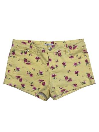 Short Index amarillo con print de flores, bolsillos laterales, posteriores y dobladillo en basta. Pretina 82cm foto 1