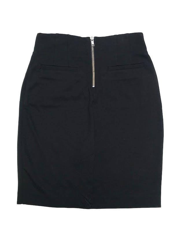Falda Forever21 negra con textura piqué ligeramente stretch, lleva cierre posterior y bolsillos. Largo 52cm  foto 2