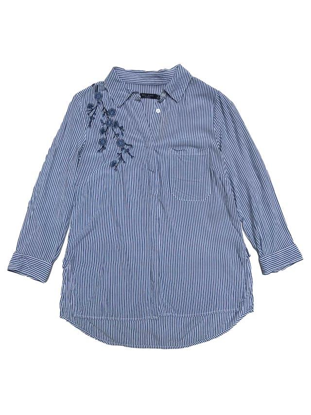 Blusa Max Jeansa rayas blancas y azules, camisera con bordados, bolsillos delantero, mangas 3/4 y aberturas laterales en la basta. foto 1