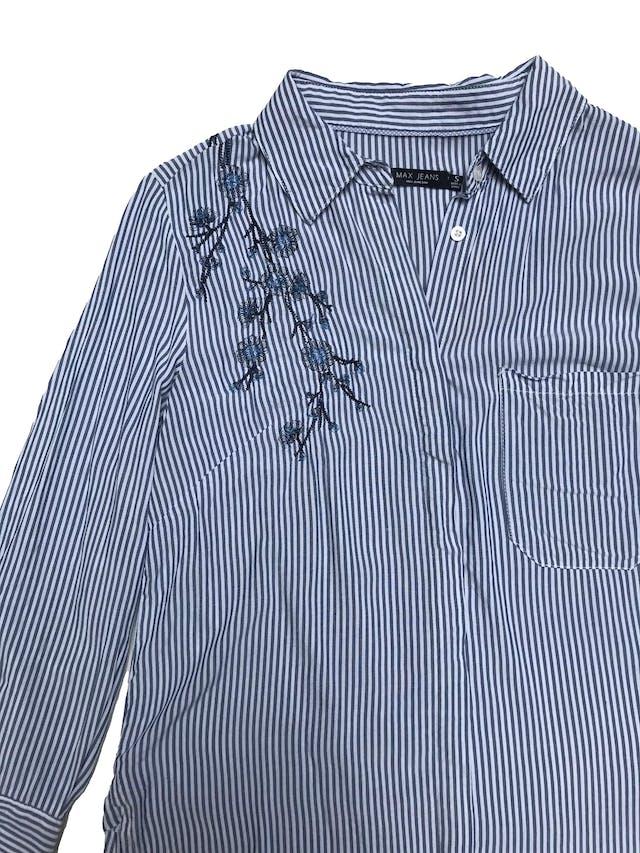 Blusa Max Jeansa rayas blancas y azules, camisera con bordados, bolsillos delantero, mangas 3/4 y aberturas laterales en la basta. foto 2