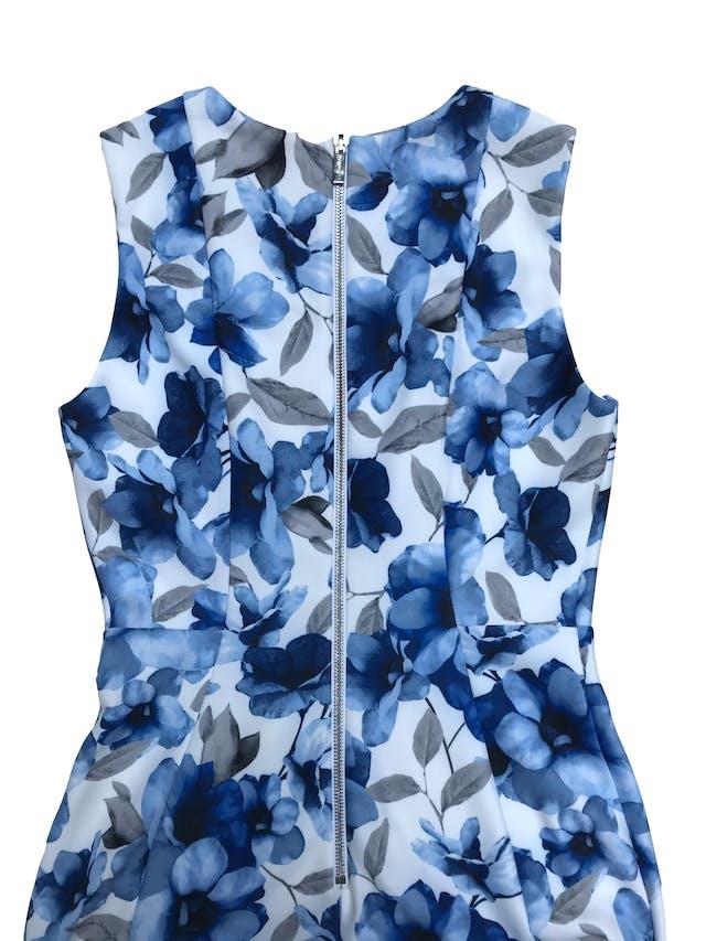 Vestido Calvin Klein blanco con flores azules, tela tipo neopreno stretch, forrado, con cierre en la espalda. Nuevo con etiqueta. Precio original 350 soles. Largo 100cm foto 2