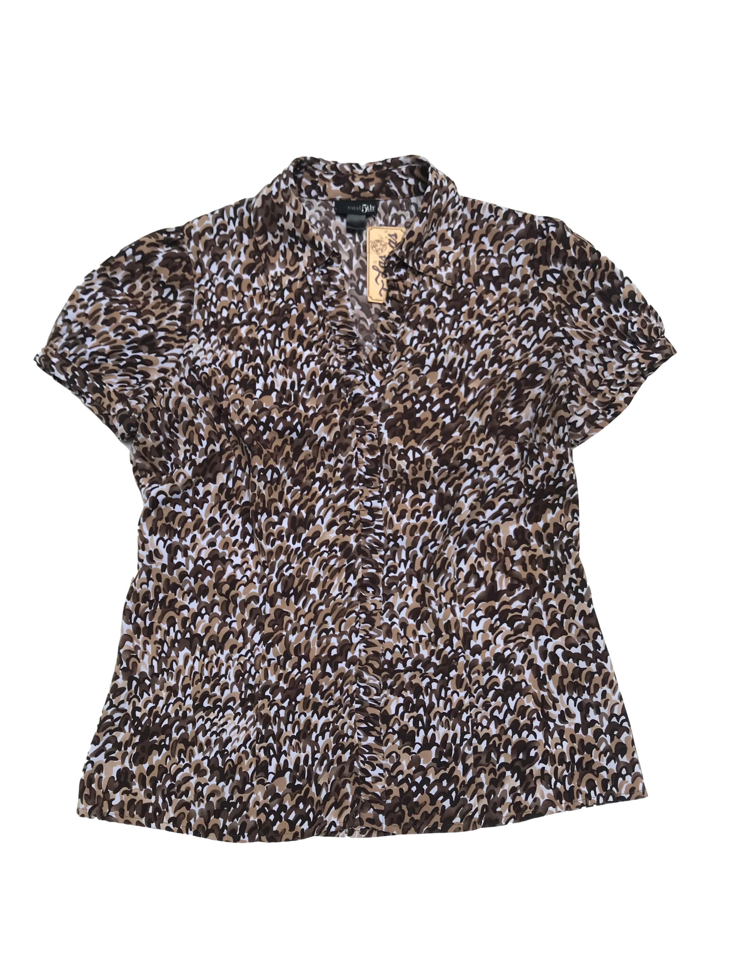 Blusa East5th animal print marrón y blanco, cuello camisero, escote en V con bobos a lo largo, lleva pinzas.