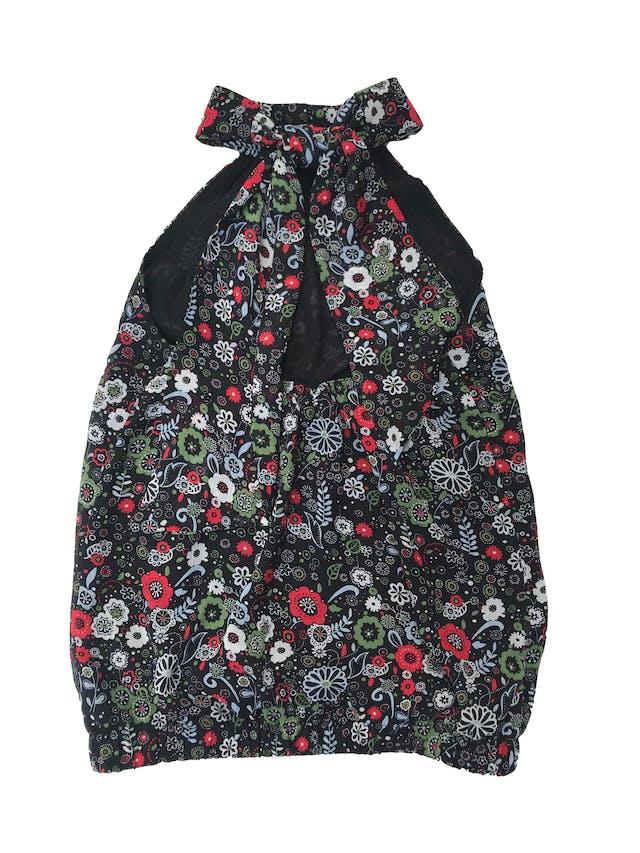Blusa ETC cuello halter con lazo posterior, de gasa negra con print floreado, forrada y elástico en espalda y toda la basta foto 2