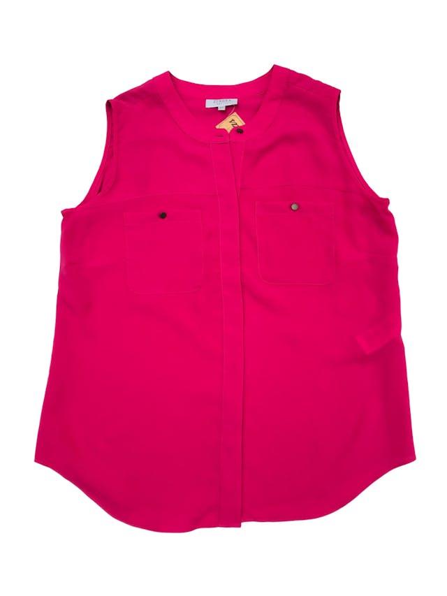 Blusa Zendra de tela plana tipo gasa fucsia, fila de botones y bolsillos delanteros. Marca de El Corte Inglés. Busto 106cm Largo 63cm foto 1