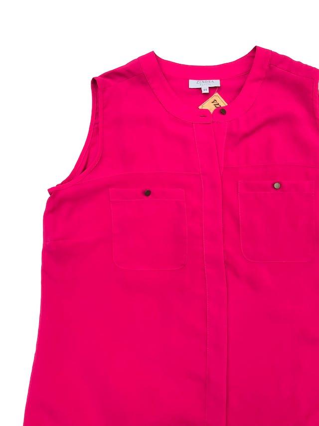 Blusa Zendra de tela plana tipo gasa fucsia, fila de botones y bolsillos delanteros. Marca de El Corte Inglés. Busto 106cm Largo 63cm foto 2