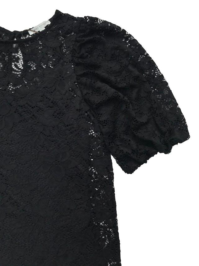 Blusa Green Envelope de encaje negro, con botón posterior en el cuello, manga abullonadas y forro de tiritas. Nuevo sin etiqueta, precio original 170 foto 2