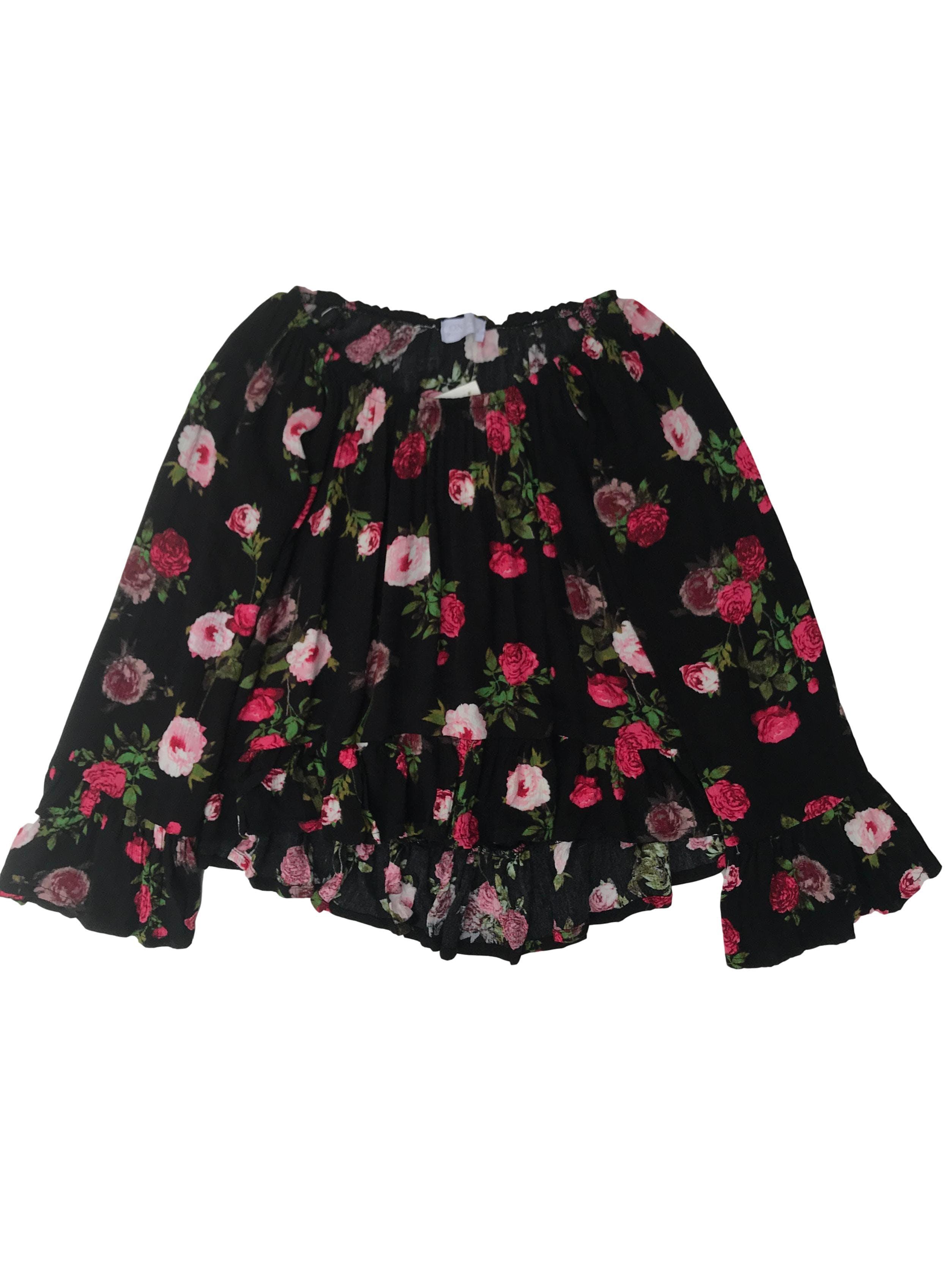 Blusa off shoulder negra con print de flores, volantes en la basta y puños, cuerpo asimétrico más largo atrás