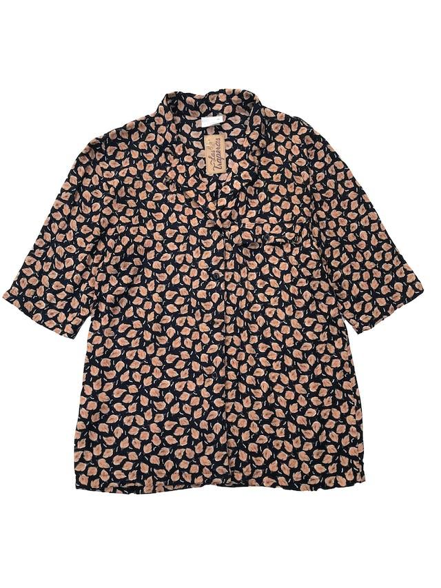Blusa vintage azul con estampado de hojas anaranjadas, , tela plana 100% viscosa, manga corta y lleva un bolsillos en el pecho. Largo 68cm foto 1