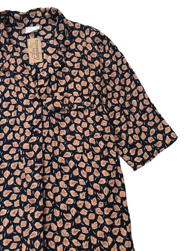 Blusa vintage azul con estampado de hojas anaranjadas, , tela plana 100% viscosa, manga corta y lleva un bolsillos en el pecho. Largo 68cm foto 2