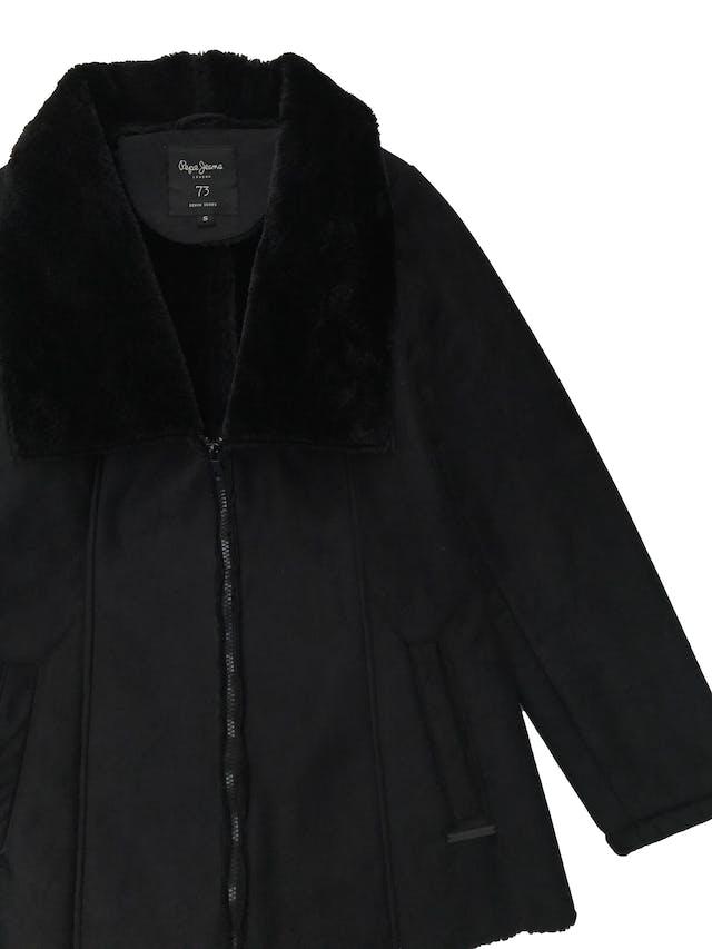 Casaca Pepe Jeans efecto ante con interior y cuello de peluche, lleva cierre y bolsillos laterales. Largo 66cm. Precio original S/ 250 foto 2