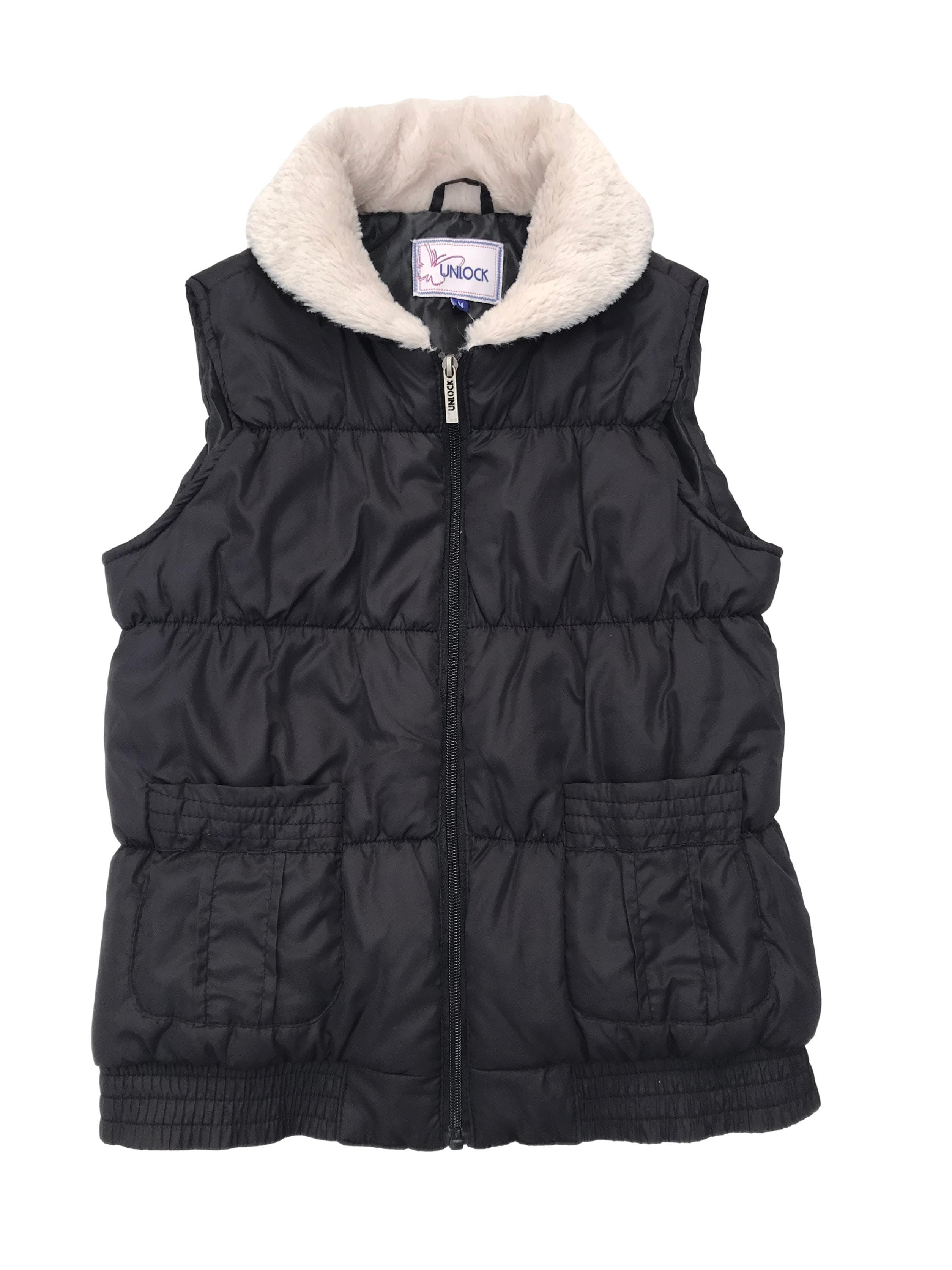 Chaleco acolchado negro con cuello de peluche crema, lleva cierre y bolsillos delanteros. Busto 100cm Largo 54cm