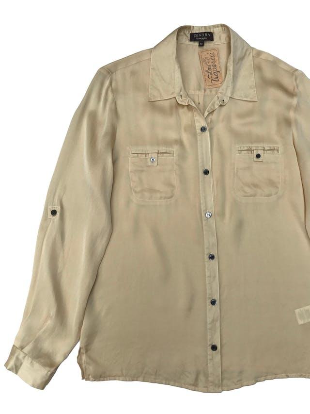 Blusa Zendra de El Corte Inglés, 100% seda dorada, modelo camisero con bolsillos en el pecho y mangas regulables con botón. foto 2