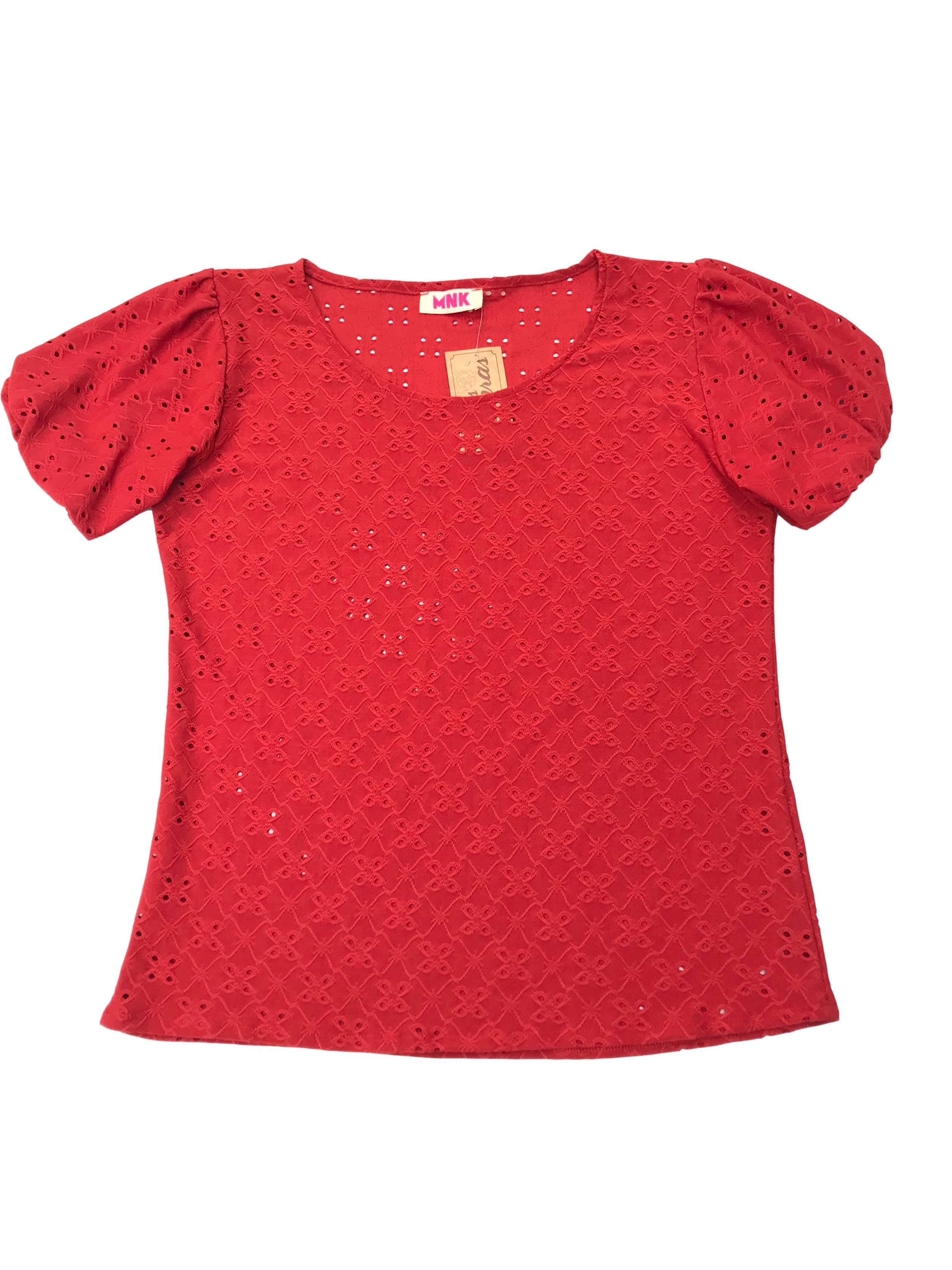 Blusa anaranjada stretch con manga corta bombacha y detalles calados.