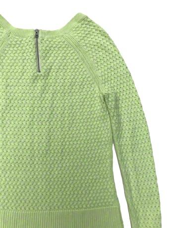 Chompa American Eagle verde neón con jaspeado blanco y  cierre posterior en el cuello, textura trenzada con detalles calados. Largo 55cm foto 2