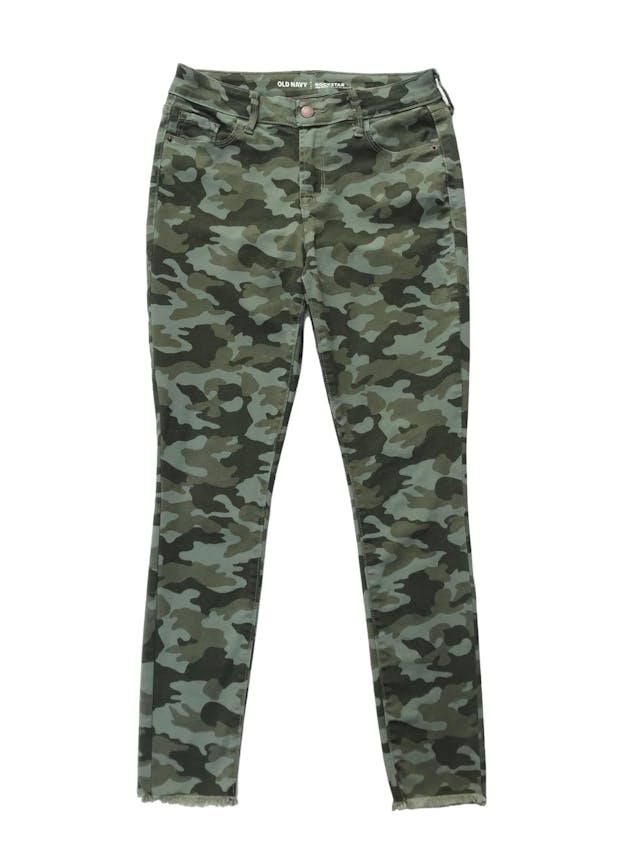 Pantalón Old Navy drill stretch camuflado, five pockets y detalles desflecado. Cintura 70cm  Largo 94cm . Precio original S/ 149 foto 1