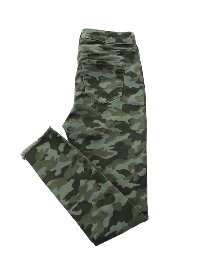 Pantalón Old Navy drill stretch camuflado, five pockets y detalles desflecado. Cintura 70cm  Largo 94cm . Precio original S/ 149 foto 2