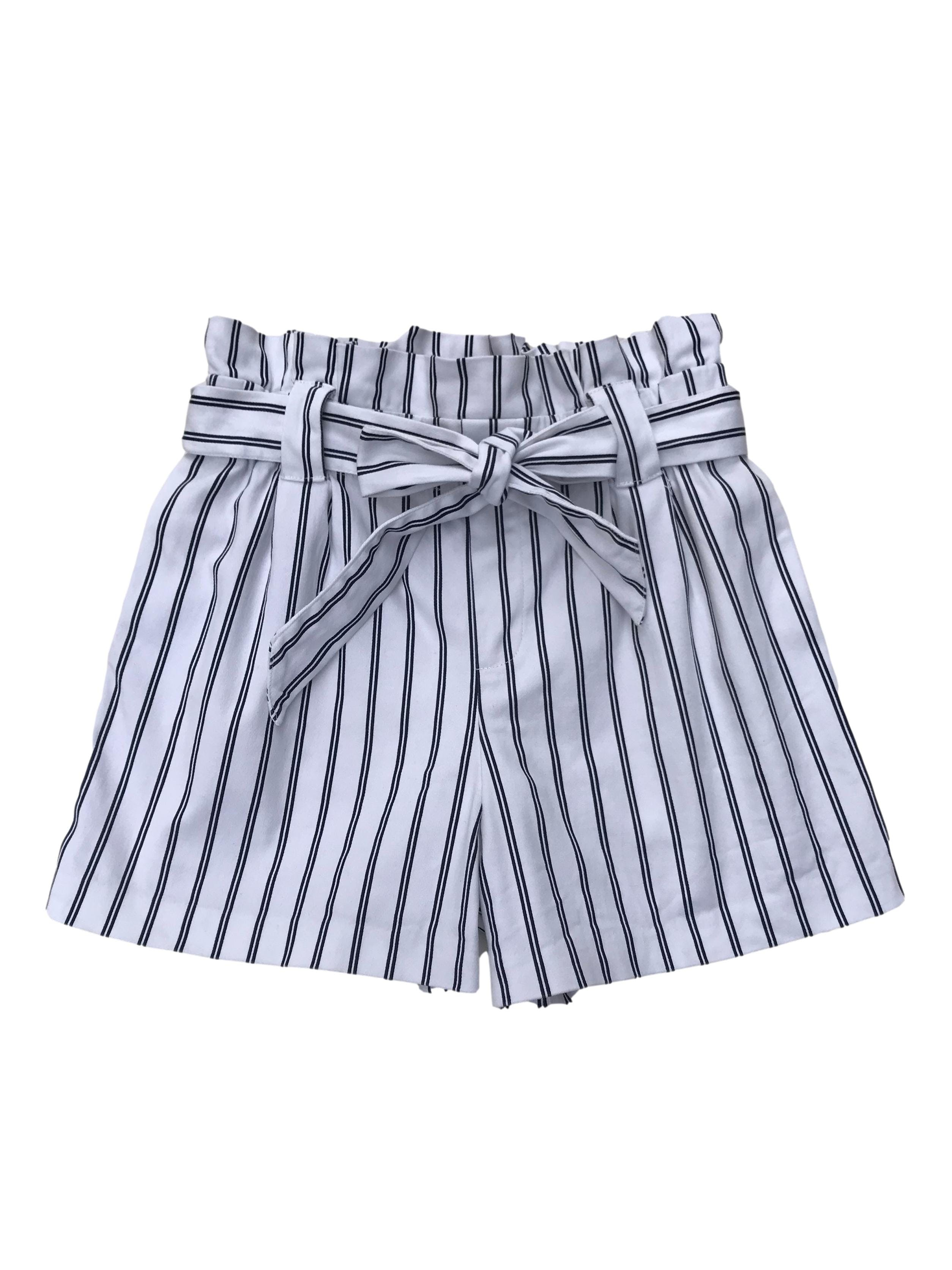Short paper bag blanco con líneas azules, drill 98% algodón, tiene bolsillos laterales, elástico en la cintura (70cm sin estirar)