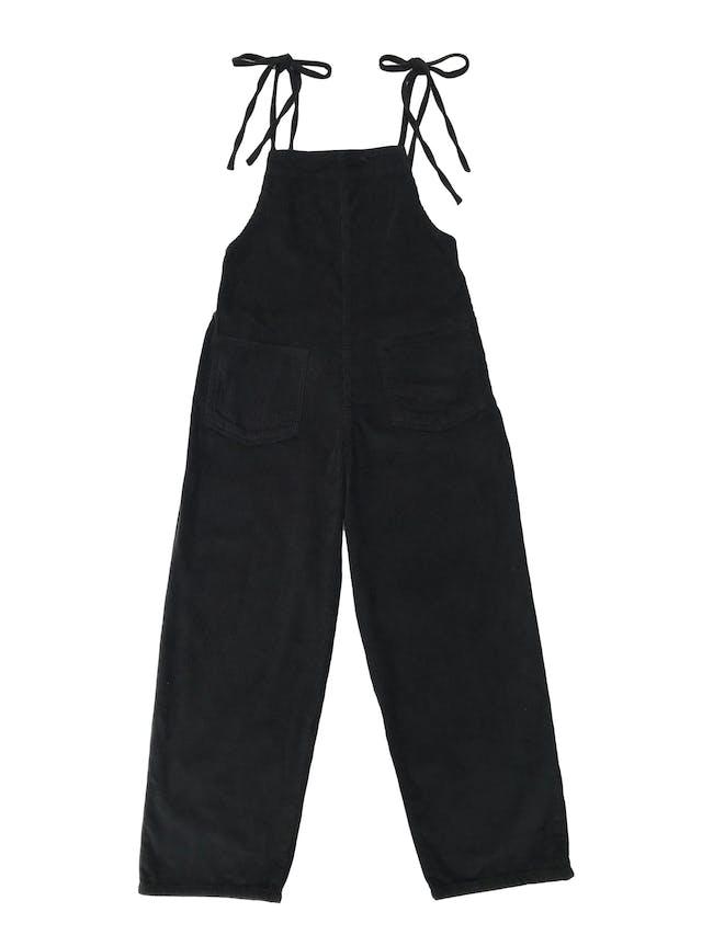 Enterizo pantalón BDC Urban Outfitters de corduroy negro 100% algodón, se amarra en los hombros, tiene bolsillos parche delanteros y cierre lateral. Precio original S/ 350 foto 1