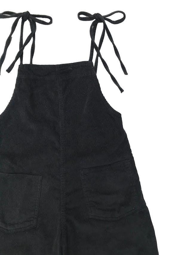 Enterizo pantalón BDC Urban Outfitters de corduroy negro 100% algodón, se amarra en los hombros, tiene bolsillos parche delanteros y cierre lateral. Precio original S/ 350 foto 2