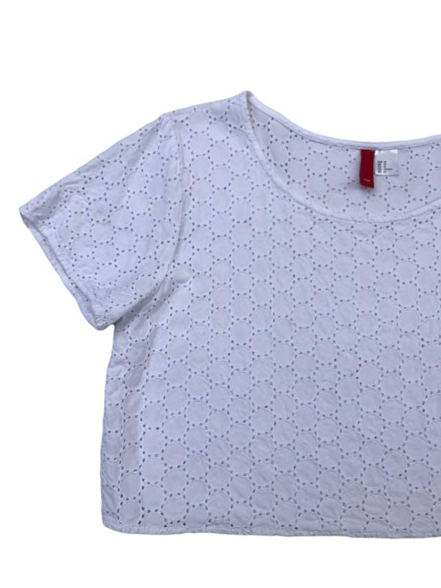 Blusa crop H&M blanca de algodón con textura en círculos y detalles calados. Largo 40cm foto 2