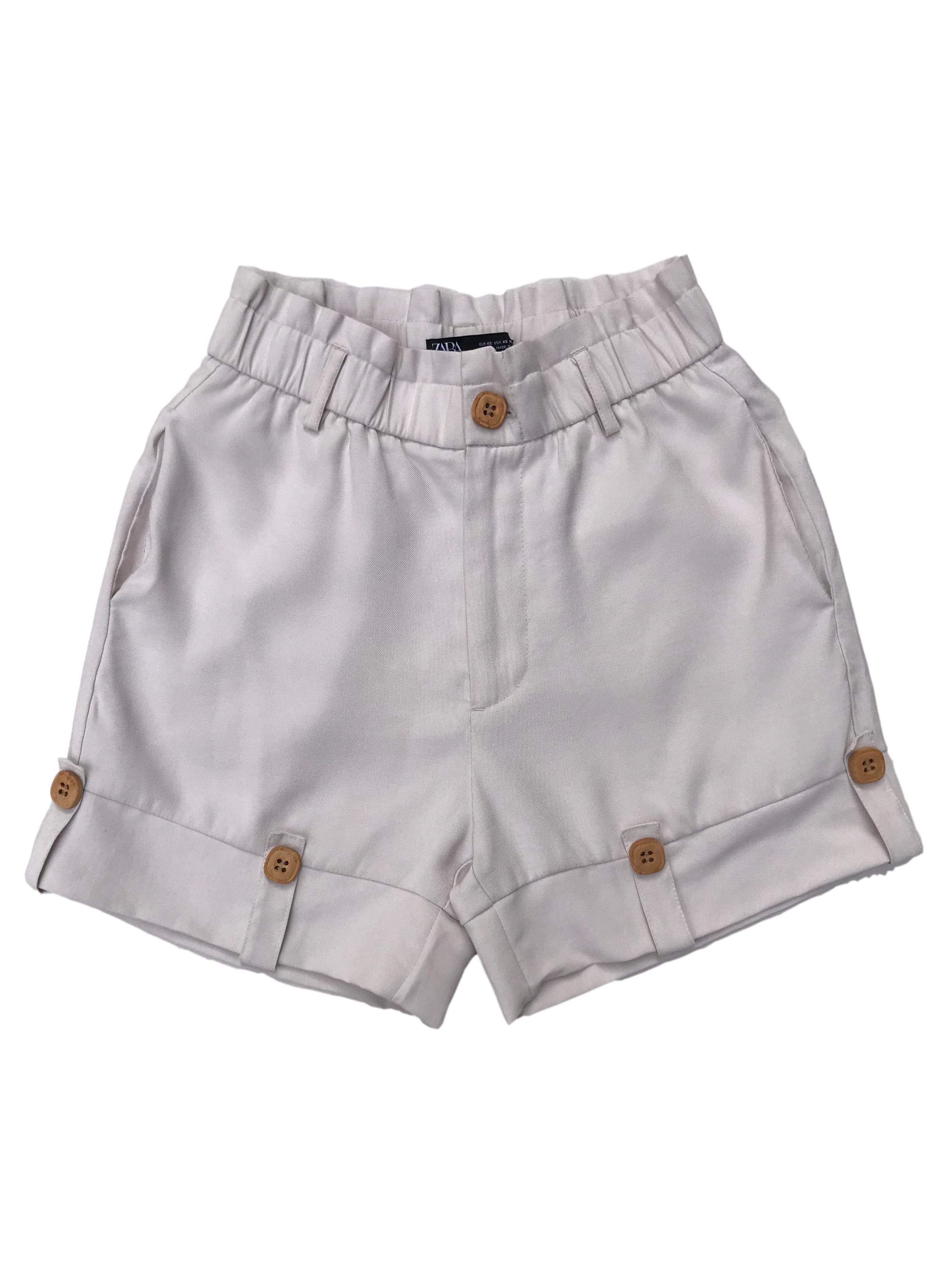Short Zara crema a la cintura, con bolsillos laterales y garetas en la basta. Cintura 66cm Largo 38cm. Precio original S/ 129