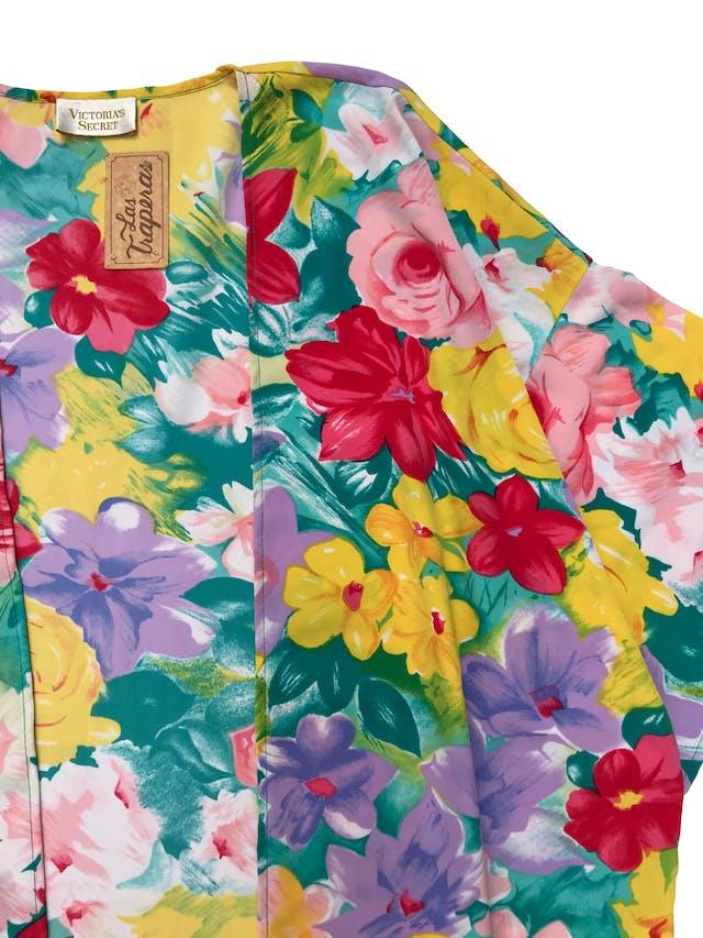 Capa kimono Victoria´s Secret de tela plana floreada, manga 3/4 y bolsillos laterales. One size. Largo 87cm. Precio original S/ 249 foto 2