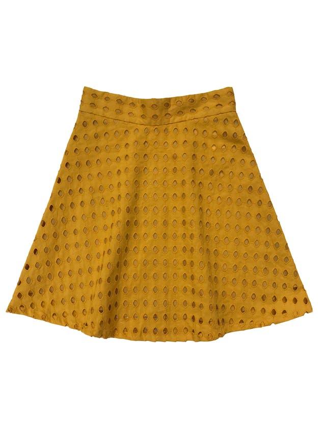 Falda H&M 100% algodón mostaza con patrón calado, corte semicampana, con forro, cierre y botón posterior. Cintura 66cm Largo 50cm. Precio original S/ 129 foto 1