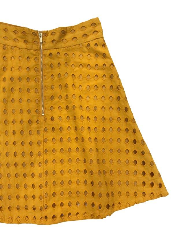 Falda H&M 100% algodón mostaza con patrón calado, corte semicampana, con forro, cierre y botón posterior. Cintura 66cm Largo 50cm. Precio original S/ 129 foto 2