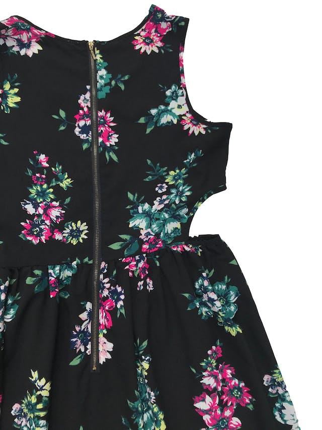 Vestido negro con print de flores, cierre en la espalda y aberturas laterales en la cintura, tela plana tipo gasa gruesa. Busto 98cm Largo 87cm foto 2