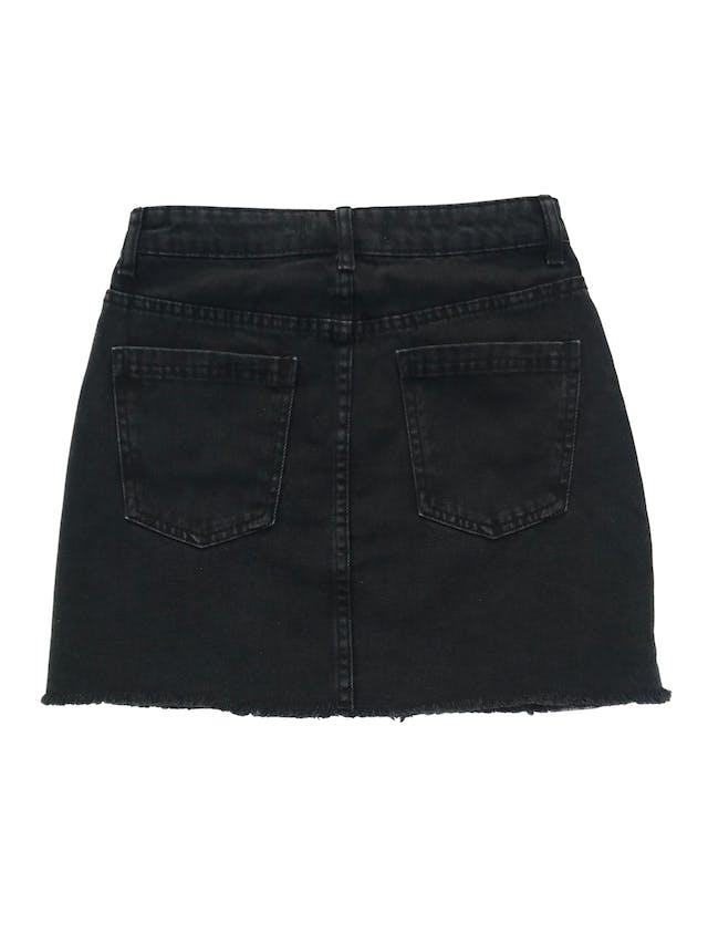 Falda Tally Weijl denim negra efecto lavado con flecos en la basta. Cintura 66cm Largo 39cm foto 2