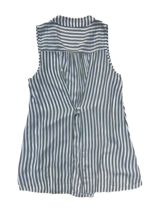 Blusa larga a rayas blancas y verdes, se ajusta con botón atrás, super fresca. Busto 110cm Largo 68 - 80cm foto 2