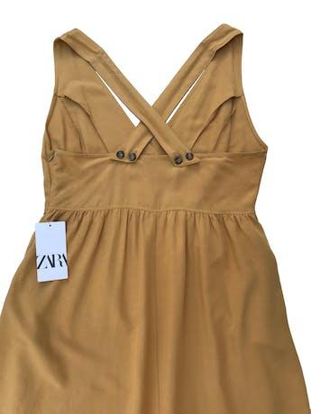 Vestido midi Zara amarillo de lino, viscosa y algodón, escote pico y bolsillos laterales. Busto 105cm Debajo del busto 87cm Largo desde sisa 95cm. Nuevo con etiqueta, precio original S/ 199 foto 2