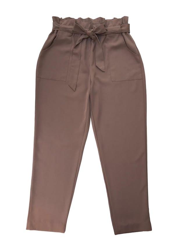 Pantalón paper bag beige de tela fluida, tiene bolsillos laterales y corte slim. Cintura 76cm sin estirar Cadera 110cm foto 1