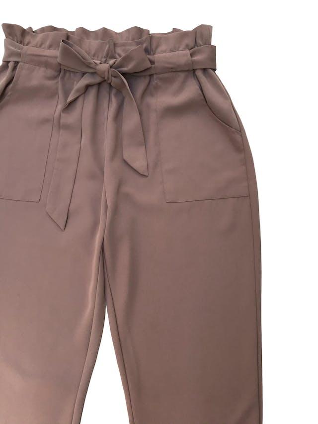 Pantalón paper bag beige de tela fluida, tiene bolsillos laterales y corte slim. Cintura 76cm sin estirar Cadera 110cm foto 2